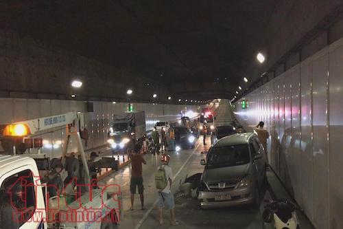 Ô tô đi ngược chiều trong hầm vượt sông Sài Gòn gây tai nạn liên hoàn - Ảnh 2.